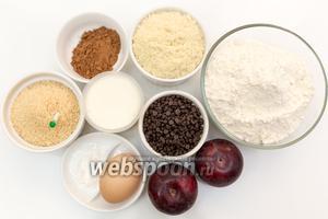 Для приготовления нам понадобятся: мука пшеничная, мука миндальная, яйца, сливы, сахар, ванили, соль, разрыхлитель, какао-порошок, шоколад чёрный (у меня шоколадные капли), сливочное масло, молоко.