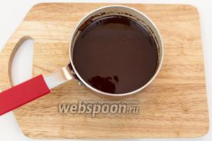 Шоколад растопим со сливочным маслом на водяной бане. Отставим в сторону, чтобы остыл.