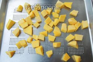 Очистим от кожуры тыкву. В ингредиентах указан вес в очищенном виде. Нарежем на небольшие квадратики, чем меньше кусочки, тем быстрее будет готово. Готовим на пару, либо в мультиварке, пароварке, либо на паровых кастрюлях около 13-15 минут. Я готовлю в стиме на режиме «Пар» 100°С.