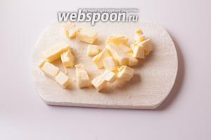 Масло режем на кубики.