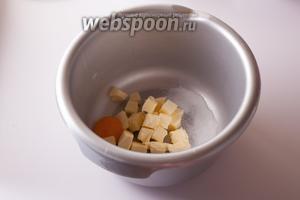 Соединяем масло с яйцом и ванильным сахаром и размешиваем их миксером в более-менее гомогенную массу.