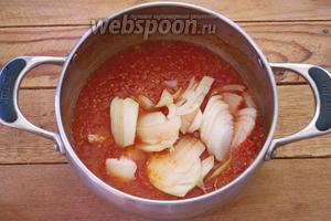 К уварившемуся томату добавьте лук. Варите, пока лук не станет мягким. На это уйдёт около 5 минут.