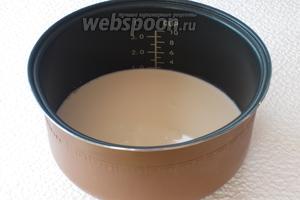 Молоко вылить в чашу мультиварки (у меня объём чаши 5 л).