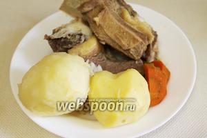Вынуть мясо, картофель и бульонные овощи.
