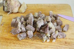 Мясо отделить от костей и лишнего жира, мелко нарезать.