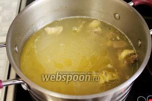 В суп вернуть нарезанное мясо и размятый картофель.