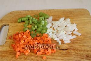 Нарезать кубиками лук, морковь и стебель сельдерея.