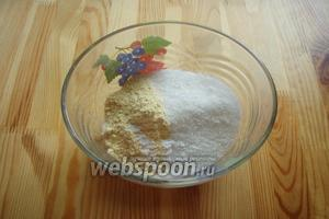 В глубокую миску высыпаем сахар, кукурузную муку, соль и соду. Всё перемешиваем ложкой.