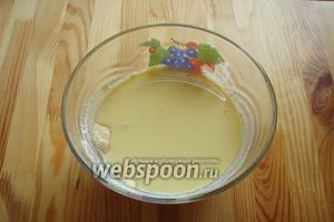 Затем в сухую смесь отправляем растопленный маргарин и опять перемешиваем ложкой.
