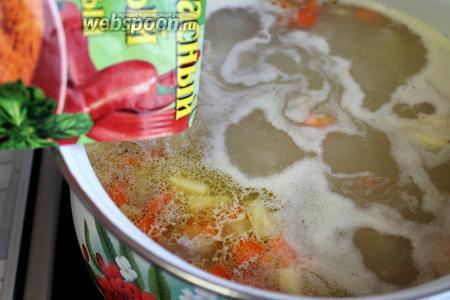 Добавить красный перец, соль, пряности для овощей по вкусу.