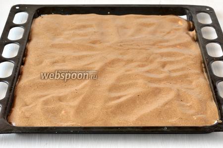На творожную массу равномерно выложить шоколадное тесто.