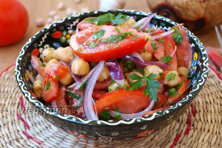 Фото рецепта Салат с нутом и помидорами
