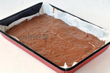 Форму размером 20х30 см выложить кулинарной бумагой и выложить тесто в форму.