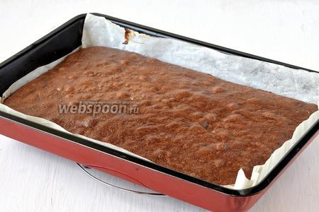 Выпекать шоколадный корж 13-15 минут при 220°C. Корж охладить в форме.