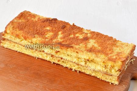 Аналогично на 4 пласта разрезать и апельсиновый бисквит.