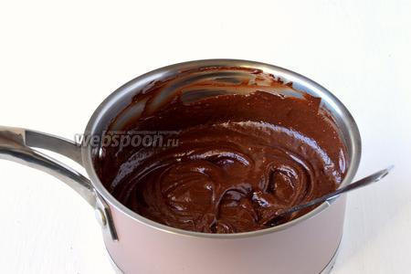 Размешать до полного растворения шоколада. Охладить.