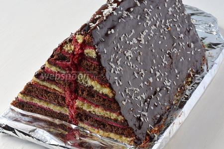 Покрыть сверху торт растопленным на водяной бане шоколадом и посыпать кокосовой стружкой. Торт «Карнавальная ёлочка» с разноцветными гирляндами на срезе готов!
