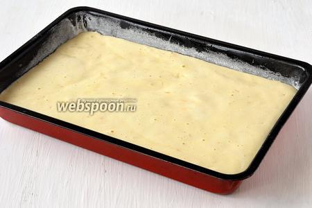 Форму 20х30 см выложить пекарской бумагой. Бока формы слегка смазать сливочным маслом и присыпать мукой. Выложить тесто в форму и выпекать 12-14 минут при 220°C.