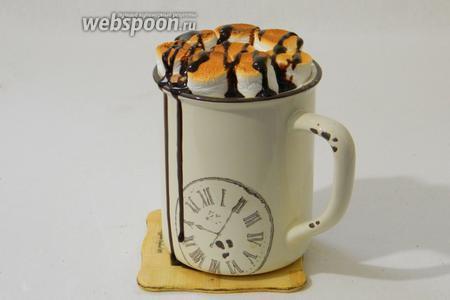 Сверху маршмеллоу поливаем шоколадным сиропом, можно посыпать вафельными крошками и сразу же подаём!