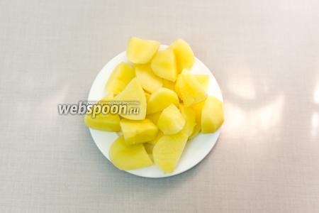 Картофель очищаем. Отварим в подсоленной воде до готовности. Воду сольём.
