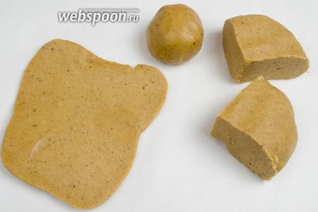 Разделить тесто на 4 части. Две из них убрать в холодильник. Оставшееся тесто раскатать, на подпыленной пергаментной бумаге или на поверхности стола, толщиной 0,5-0,3 см.