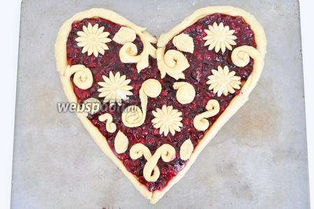 Жгутики приклеиваем по периметру сердца, прижимая немного руками. Украшаем сердце цветами и завитками на свой вкус. Даём постоять минут 20 и выпекаем в разогретой до 180ºC духовке минут 15-20.