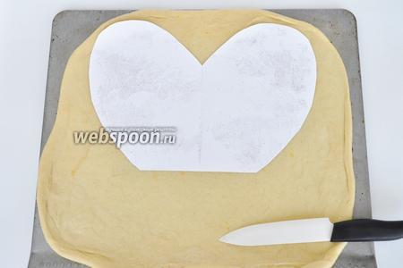 По бумажной заготовке вырезать сердце. Заготовку сделайте заранее из обычной бумаги.