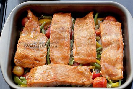 Подавать форель вместе с сочными овощами. Приятного аппетита!