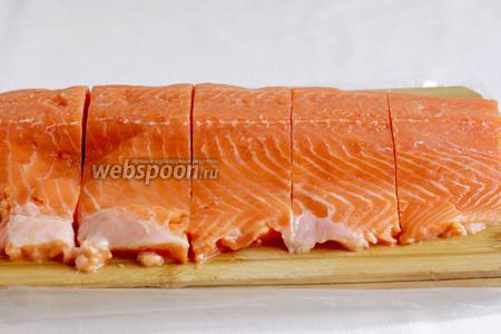 Разрезать форель на порции.