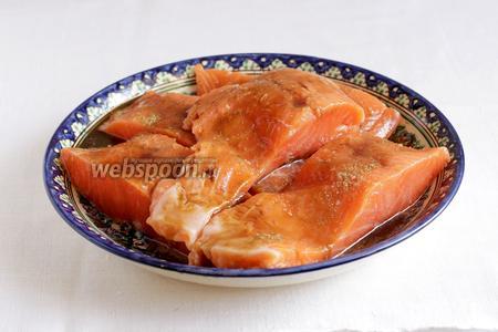 Смазать рыбу, посолить и оставить на несколько минут мариноваться.