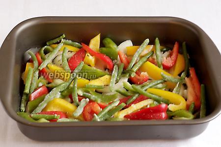 В форму налить растительное масло. На дно выложить ломтики лука, чеснока и болгарского перца. Разложить замороженную фасоль. Посолить по вкусу.