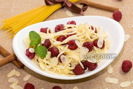 Спагетти с крем-фреш, малиной и мёдом