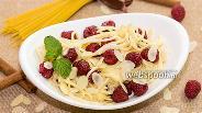 Фото рецепта Спагетти с крем-фреш, малиной и мёдом