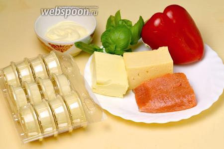 Для приготовления этого блюда нам понадобится слабосоленая красная рыба (у меня форель), сыр, масло, сладкий перец, майонез, зелёные листочки (петрушка или базилик), готовые несладкие тарталетки.