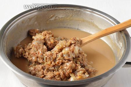 В мучную смесь добавить луково-грибную смесь.