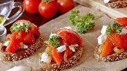 Фото рецепта Брускетта с перцем, помидорами и соусом песто