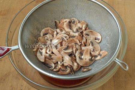 Спустя 15 минут шампиньоны выложить в сито, чтобы стёк лишний рассол.
