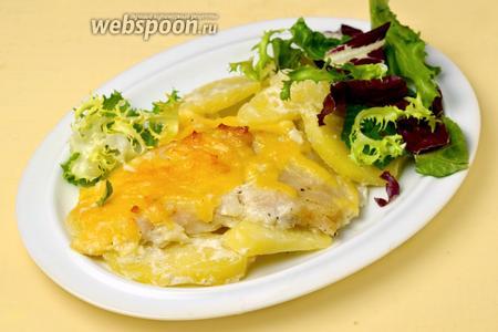 Подаём блюдо горячим, дополнив зеленым салатом или свежими овощами.