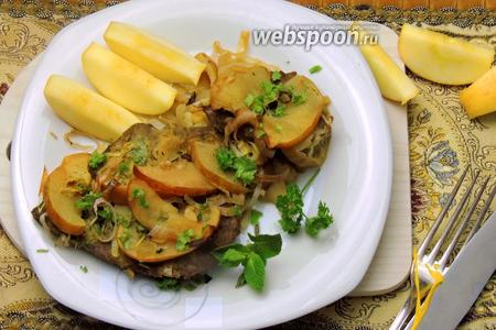 Мясо с яблоками в духовке