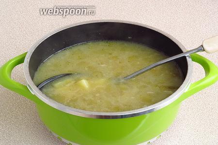 В процеженный мясной бульон добавить отвар почек, выложить картофель вместе с жидкостью, довести до кипения и поварить 5 минут.