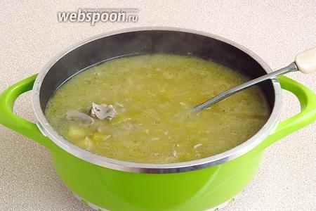 В бульон опустить пассерованные овощи, припущенные огурцы, мучную болтушку, почки и поварить в течение 10–15 минут.