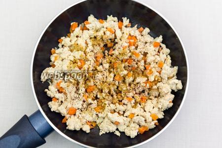 Лук, морковь, чеснок нарежем мелко и обжарим с фаршем.