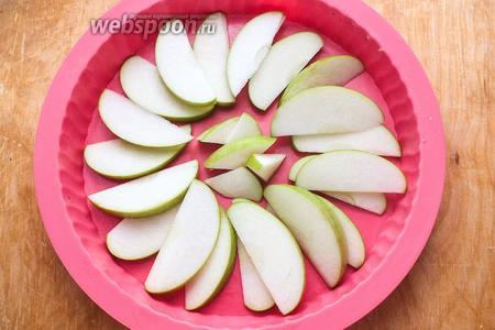 Выложите яблоки в форму диаметром около 25 см. Можно немного смазать её маслом.