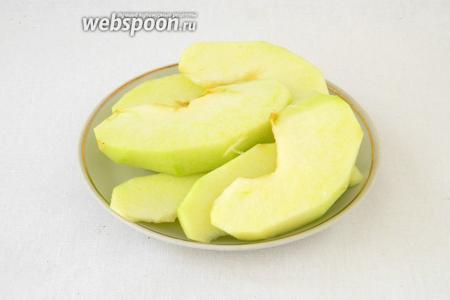 У яблок очищаем кожуру, нарезаем их на кусочки.