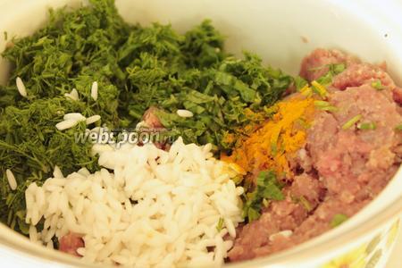 В фарш добавляется заранее замоченный круглый рис, сушёная или свежая (измельчённая) мята, укроп, соль, перец и куркума. Если мясо постное, то добавляется мягкое сливчоное масло.