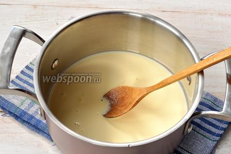 Соединить остальное молоко и сливки. Довести до кипения.