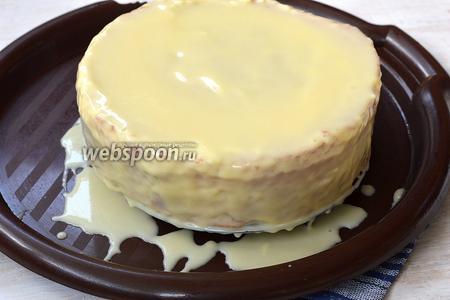 Тортовую заготовку выложить на решётку, которую поставить на поднос. Залить белой шоколадной глазурью верх торта так, чтобы глазурь самостоятельно стекала по бокам торта. Оставить на 1 час до застывания глазури.