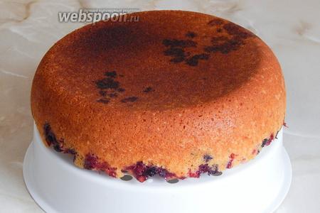 Готовый кекс вынимаем с помощью вставки для приготовления еды на пару.