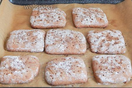 Такой хлеб печётся быстро, так как температура очень высокая. Даже бумага успевает заметно потемнеть, но низ горбушек не подгорает.