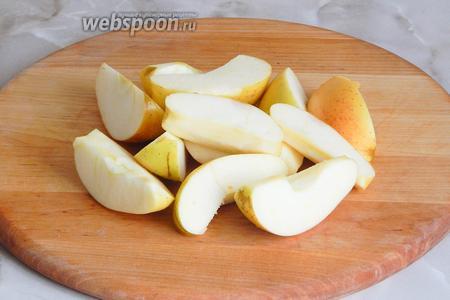 Яблоки моем, обсушиваем и нарезаем произвольными, не очень мелкими кусочками. Семенные коробочки и хвостики удаляем.